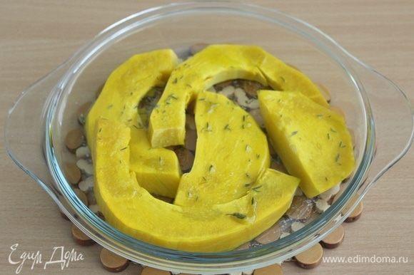 Тыкву порежьте на кусочки, посолите, поперчите, посыпьте тимьяном, сбрызните оливковым маслом и запеките в духовке при 170-180°С 25 минут.
