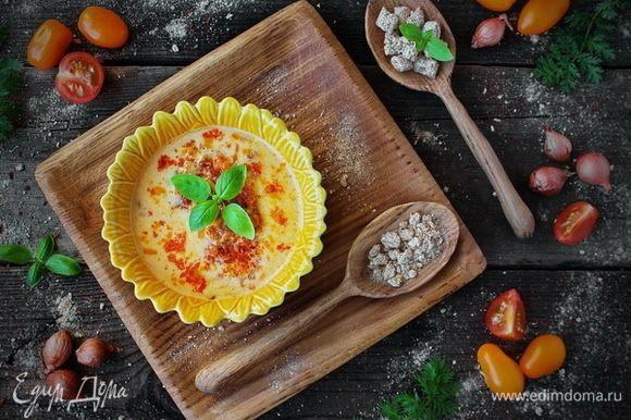 Готовый сырный суп разлить по тарелкам, гарнировать обжаренной курицей с морковными отрубями «Лито», подавать горячим с веточкой свежей зелени.