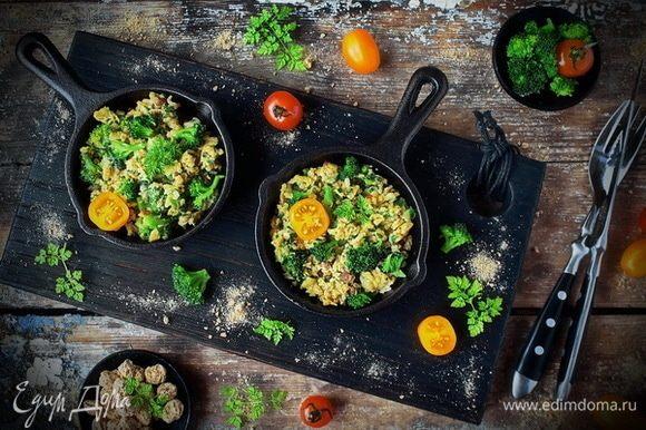 Готовый скрамбл с брокколи и бородинскими отрубями «Лито» подавать немедленно со свежей зеленью и любыми овощами.