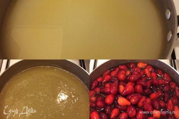В кастрюлю (таз) налить воду, добавить сахар, довести до кипения, уменьшить огонь и, помешивая, дать покипеть 1-2 минутки. Затем добавить кизил.
