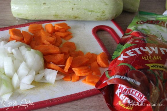 Овощи очистить. С молодых кабачков кожицу можно не срезать. Лук нарезать кубиками, морковь половинками кружков.