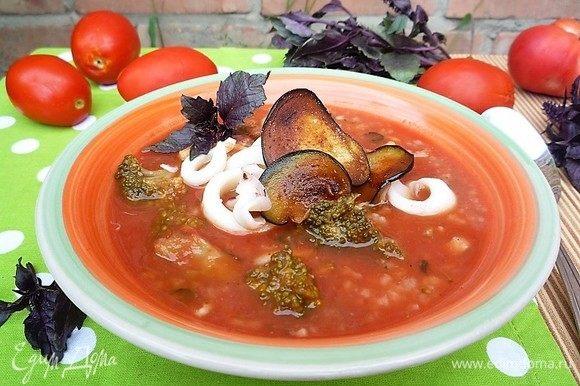 Подаем суп с хрустящими баклажанами, украшаем колечками кальмаров, зеленью или базиликом. Приятного аппетита!