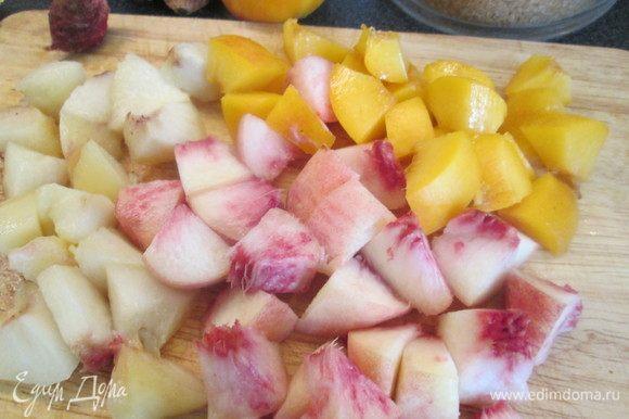 Нарезаем персики и нектарины ломтиками.