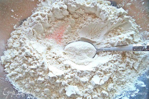 В муку ввести соль и разрыхлитель.