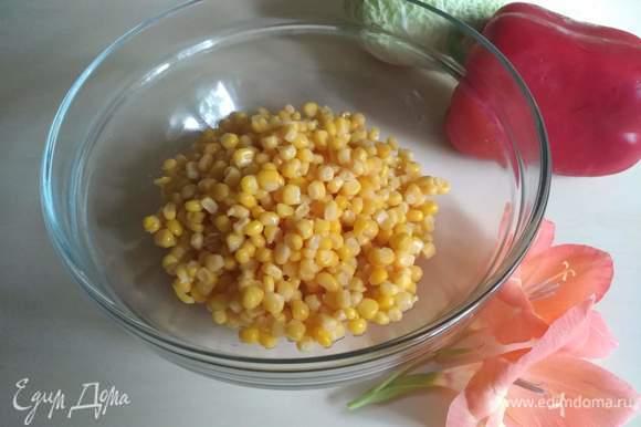 Кукурузу консервированную открываем, сливаем, отправляем в тарелку.