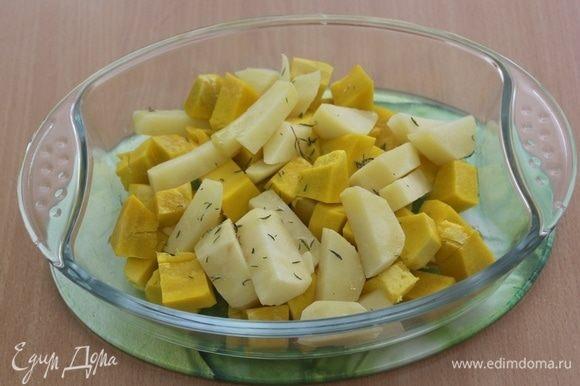 Нарезать кусочками тыкву и картофель, сбрызнуть оливковым маслом, посолить, посыпать тимьяном и запечь в духовке при 180°С минут 20, до мягкости.