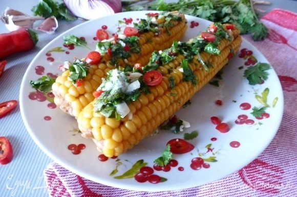 Готовую кукурузу смазать ароматным маслом, пока она горячая. Едим с удовольствием! Как видите, все проще простого. Угощайтесь!