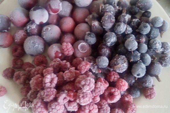 Сверху на яблоки выложить ягоды. У меня микс — малина+смородина+крыжовник — свежая заморозка этого сезона ))