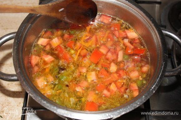 Добавляем нарезанные кубиками томаты, доводим до кипения, и сразу же выключаем огонь. Так томат сохранит свои полезные свойства, вкус, будет легким и свежим.