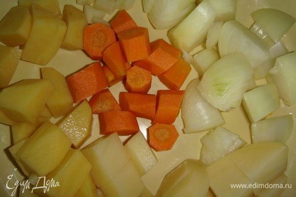 Чистим морковь, картофель, лук, чеснок, болгарский перец и произвольно нарезаем.