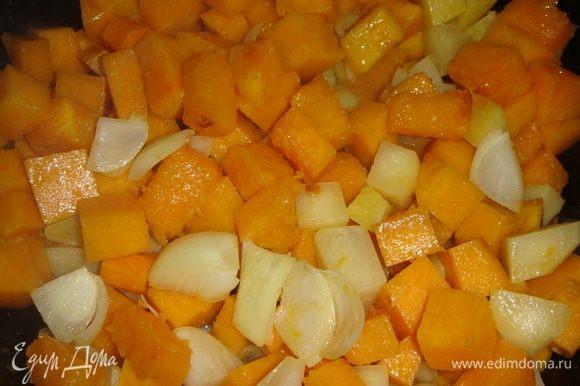В сковороде растопить сливочное масло, выложить нарезанные овощи и тушить на небольшом огне 20-30 минут.