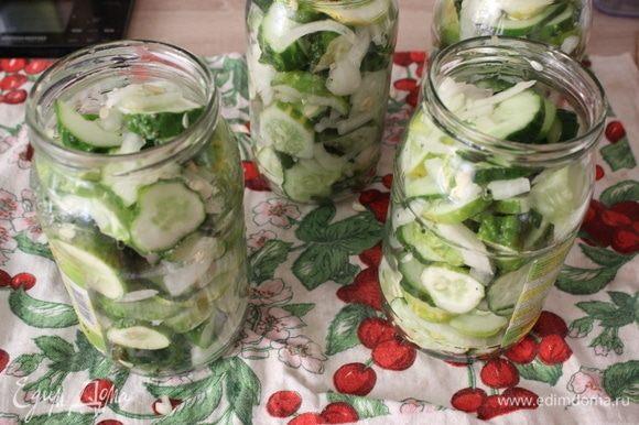 Наполнить банки овощами.
