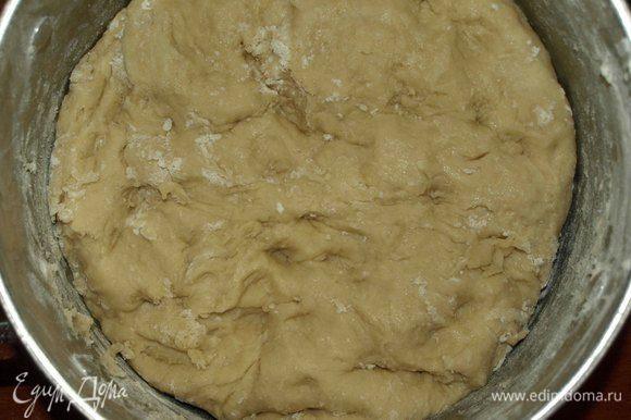 Замешиваем тесто. Накрываем полотенцем или пищевой пленкой. Ставим тесто на 1 час в теплое место.