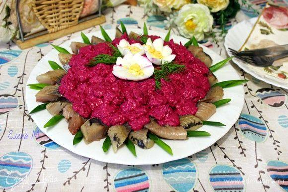 Украсить порезанным наискосок зеленым луком, «цветами» из яиц и зеленью укропа. Приятного аппетита!