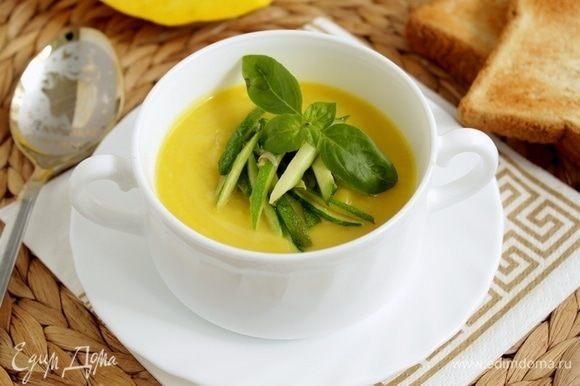 Разлить суп по тарелкам, добавить цукини. Подавайте с сухариками.