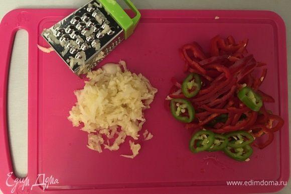 Добавляем чеснок, перец чили, хмели-сунели, соль и тушим еще 5 минут.