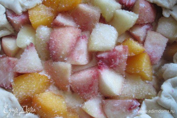 Фрукты посыпаем ванильным сахаром, а затем свободные края теста заворачиваем поверх фруктов.