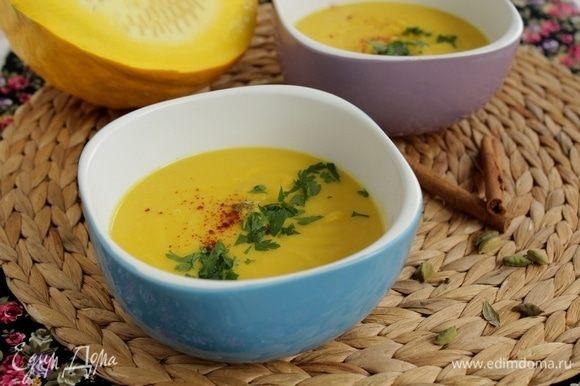 Посыпьте суп измельченной петрушкой и украсьте паприкой.