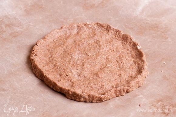 Полученное тесто разровнять на пергаменте в форме круга.