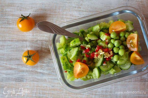 В рабочем салатнике смешать битые огурцы, помидоры черри (по желанию можно разрезать) и зеленый горошек, заправить пряным соусом.