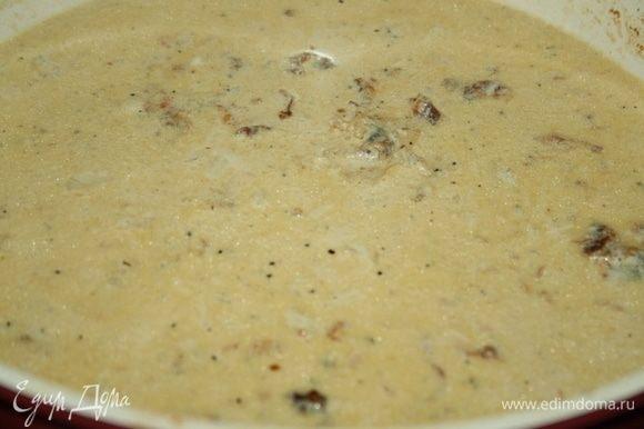 В сковороду, где готовилась курица, влить сливки, дать закипеть, добавить рубленый чеснок, соль, перец по вкусу.