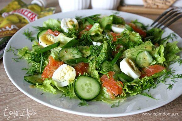 Полить салат заправкой. Посыпать порезанным укропом и украсить зеленым луком. Приятного аппетита!