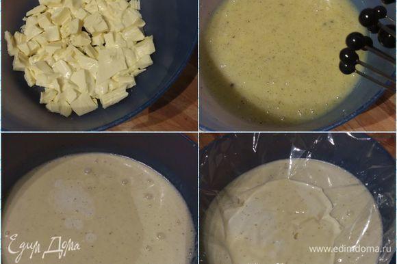 Ганаш нужно приготовить с вечера и оставить на ночь в холодильнике. Для ганаша нужно: 1) растопить белый шоколад любым доступным для вас способом (я делала в микроволновке на 350°°С в течение 1,5 минут, можно на водяной бане или в кастрюле на минимальном огне); 2) 90 граммов сливок нагреть, выложить в сливки зернышки ванили (у меня молотая ваниль); 3) влить горячие сливки в шоколад, размешать, чтобы он полностью растаял; 4) остальные холодные сливки (190 граммов) влить в ганаш, размешать, накрыть контактно пленкой и поставить в холодильник на ночь.