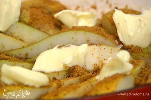 Посыпать груши оставшимся сахаром, сверху разложить кусочки оставшегося сливочного масла, накрыть крышкой и томить на медленном огне около 40 минут.