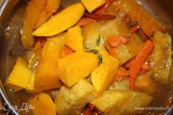 К овощам добавляем кусочки спелого манго (половина фрукта), вливаем заваренный зеленый крупнолистовой чай (750 мл), добавляем пару листьев свежего тимьяна.