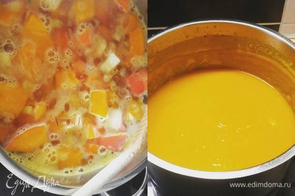 Пюрируем суп погружным блендером, после чего еще чуть-чуть его довариваем. Солим по вкусу.