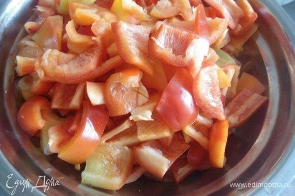 Перец вымыть, очистить от семян и нарезать кубиками или полосками, как нравится. Морковь почистить и натереть на крупной терке.