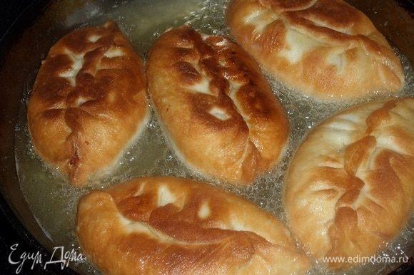 В разогретую сковороду наливаем растительное масло, выкладываем пирожки и обжариваем с обеих сторон до золотистого цвета. Выкладываем обжаренные пирожки на бумажные полотенца, убирая лишнее масло.