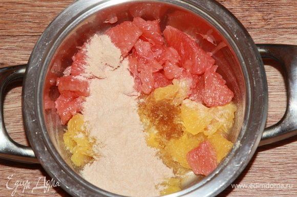 В сотейник отправляем цитрусы, добавляем пектин, смешанный с сахаром, и цедру. Все перемешаем и ставим на огонь. Доводим до кипения, непрерывно помешивая.