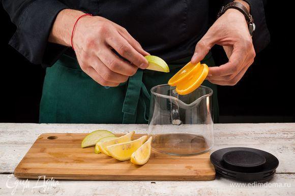 Фрукты нарежьте дольками и положите в чайник.