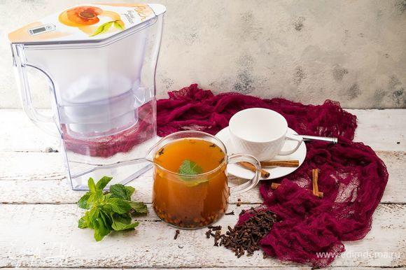 Добавить в чай листики мяты и гвоздику по вкусу. Дать напитку настояться 5 минут и подавать теплым. Приятного чаепития!