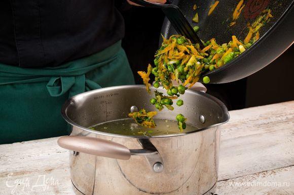 Добавьте содержимое сковороды. Варите до мягкости риса. Выключите огонь, накройте кастрюлю крышкой и оставьте на 10 минут.
