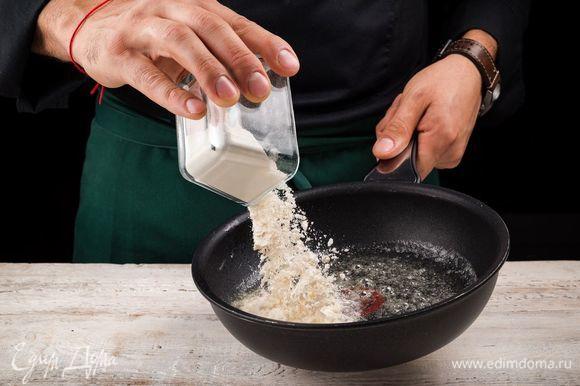Тем временем растопите в кастрюле сливочное масло, добавьте постепенно муку и обжарьте, помешивая. В основную массу влейте оставшийся бульон, добавьте обжаренную на масле муку, все хорошо перемешайте и доведите до кипения.