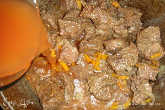 Томатную пасту развести в мясном бульоне и влить в казан. Тушить под закрытой крышкой минут 40.