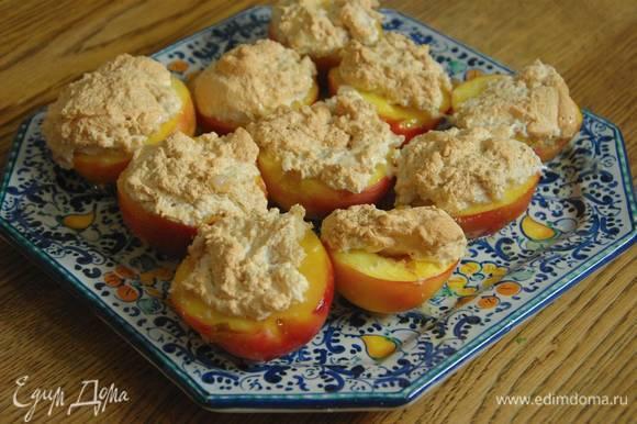 Отправить нектарины обратно в духовку на 20‒25 минут, затем посыпать оставшимися орехами.
