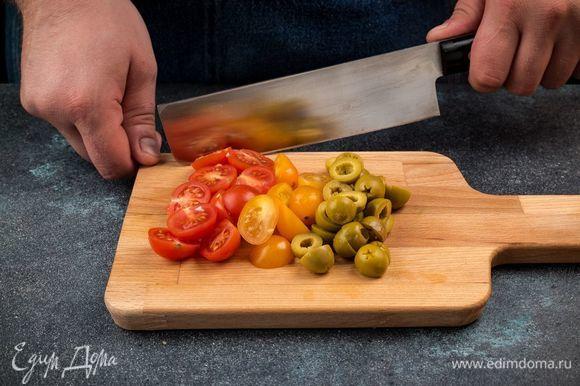 Нарежьте оливки, разрежьте помидоры черри на дольки. Натрите сыр на терке.