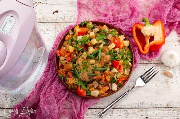 Нарежьте зелень и посыпьте ею готовое блюдо. Подавайте к столу горячим. Приятного аппетита!