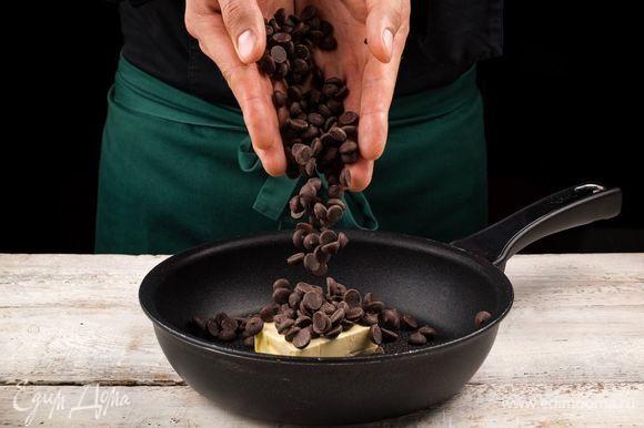 Соедините шоколад и сливочное масло.