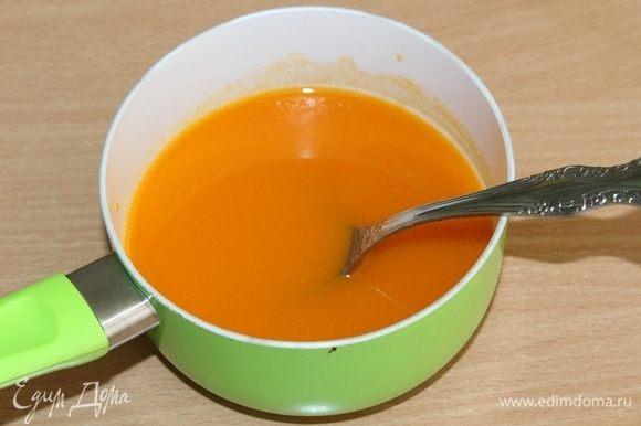 Для желе: замочите желатин в холодной воде на 5 минут. Подогрейте облепиховый сок, воду и сахар в кастрюльке. Отожмите желатин и добавьте его к горячему соку. Дайте желе остыть.