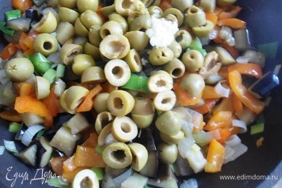 Оливки зеленые нарезать пополам и добавить в сковородку.