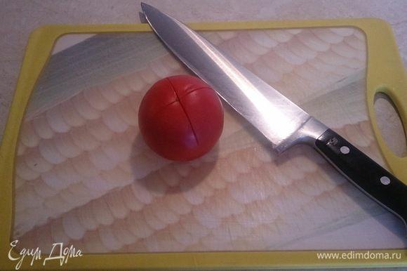 Нам нужен помидор конкасе (это «мелкий кубик» по-французски, со снятой кожицей и без мякоти) итак, надрезаем помидор крест накрест.