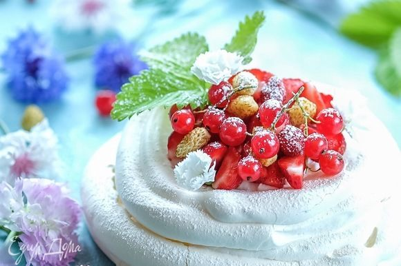 Выкладываем взбитые сливки в гнезда, украшаем любимыми ягодами. Идеально — красной смородиной, земляникой, черникой. Перед подачей слегка посыпаем сахарной пудрой.