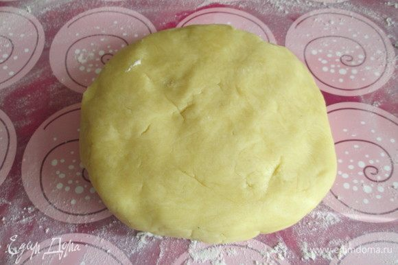 Замешиваем тесто из сливочного масла, желтка, муки и 1-2 столовых ложек ледяной воды. Заворачиваем в пленку и убираем в холодильник на 1 час.