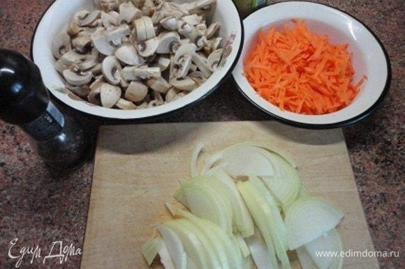 Начинаем с икры. Подготавливаем овощи, морковь и луковица у меня довольно крупные.