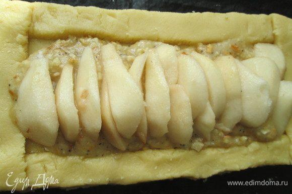 Очищенные и нарезанные ломтиками груши укладываем на подушку из джема и орехов. Груши лучше предварительно сбрызнуть лимонным соком, чтобы они не потемнели.