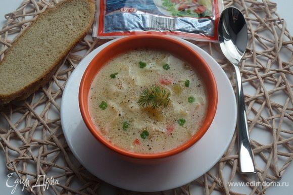 Разливаем суп в чашки. Добавляем молотый перец или смесь перцев и зелень.